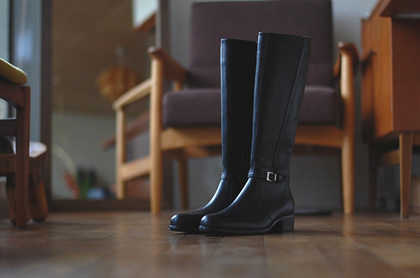 ヒールのある靴を履いている時に、足が前に滑ってしまうのを防ぐ3つの方法